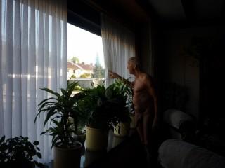 15-04-2020 Naakt voor het raam