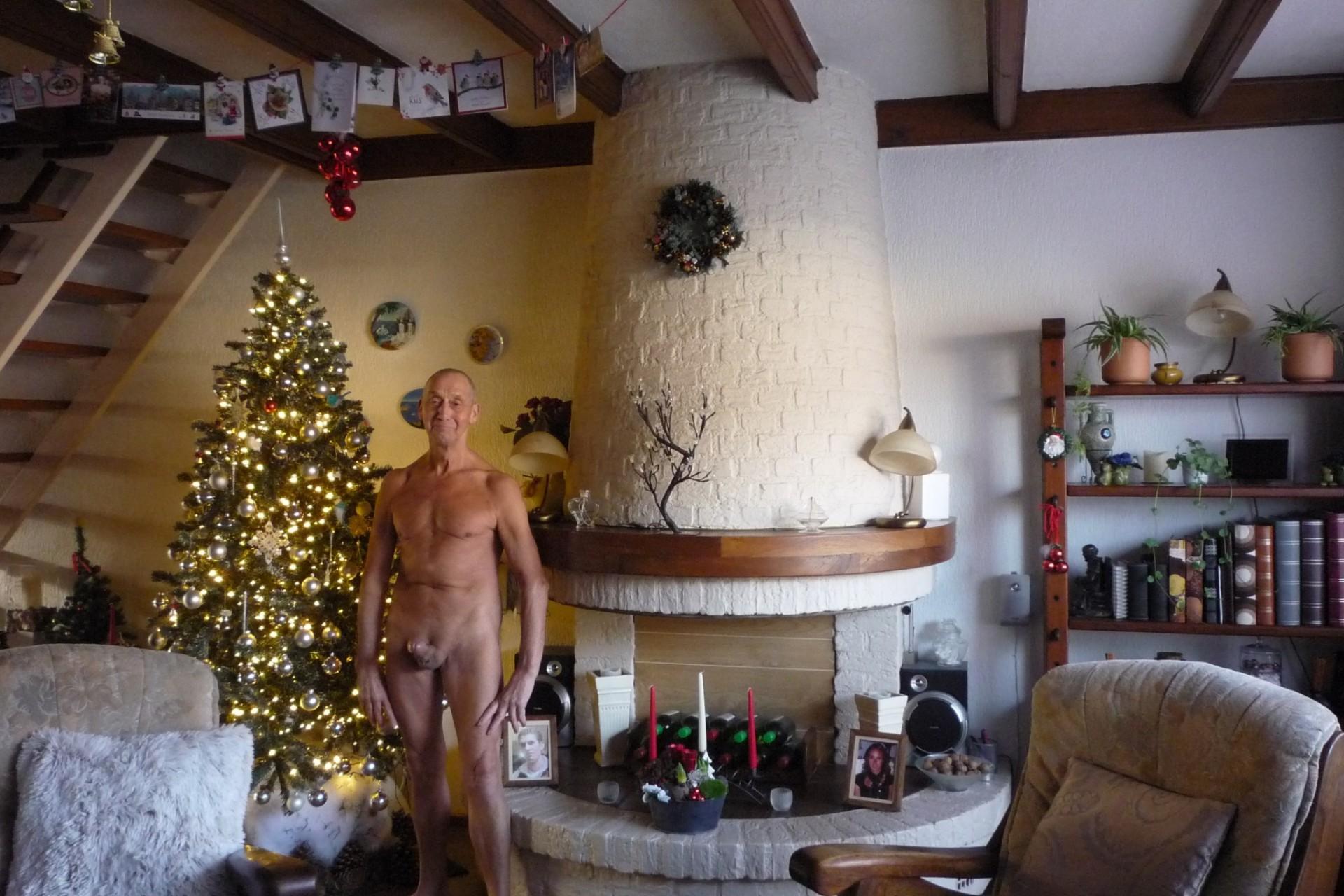 28-12-2020-sta-met-een-stijve-langs-de-kerstboom