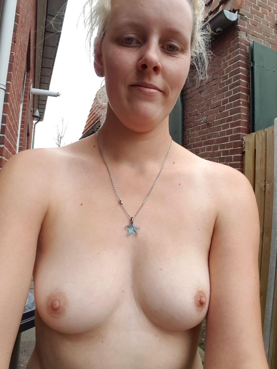 moniek-topless