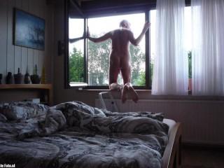 Naakt uit het raam achter